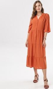 Pomarańczowa sukienka born2be z długim rękawem midi