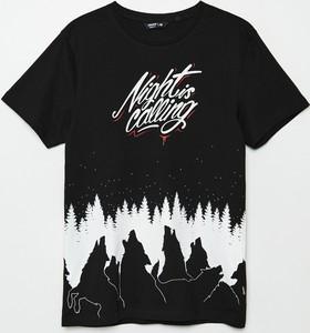 Czarny t-shirt Cropp w młodzieżowym stylu z krótkim rękawem z nadrukiem