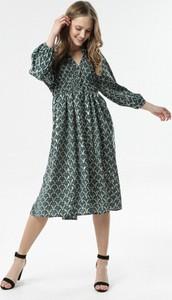 Zielona sukienka born2be z długim rękawem midi