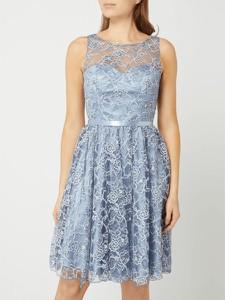 Niebieska sukienka Luxuar z okrągłym dekoltem z satyny