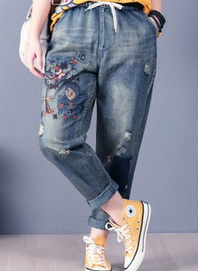 Niebieskie jeansy Arilook w street stylu