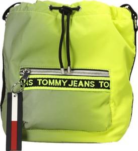 Torebka Tommy Jeans z nadrukiem średnia w wakacyjnym stylu