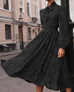 Czarna sukienka Kendallme midi z dekoltem w kształcie litery v trapezowa