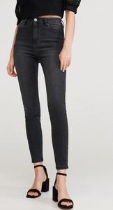 Czarne jeansy Reserved w street stylu