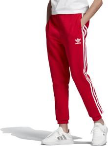 Czerwone spodnie dziecięce Adidas w paseczki