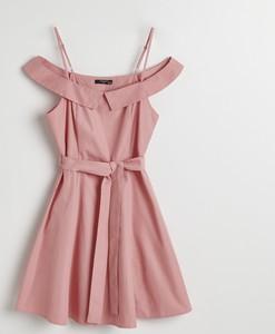 Różowa sukienka Reserved mini z odkrytymi ramionami