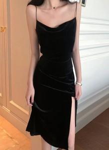 Czarna sukienka Arilook na ramiączkach z dekoltem w kształcie litery v