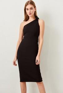 Sukienka Trendyol bez rękawów midi asymetryczna