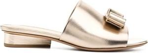 Złote klapki Salvatore Ferragamo z płaską podeszwą w stylu casual
