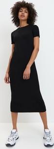 Czarna sukienka Mohito z okrągłym dekoltem midi