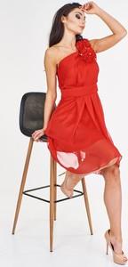 Czerwona sukienka Fokus z szyfonu mini z asymetrycznym dekoltem