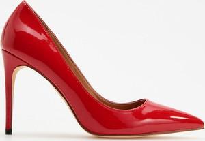 Czerwone szpilki Reserved w stylu klasycznym