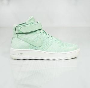 8e569028f0a4 Miętowe buty sportowe Nike na koturnie w sportowym stylu