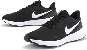 Buty sportowe Nike revolution z płaską podeszwą sznurowane