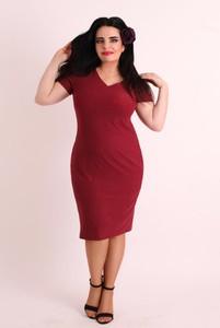 Czerwona sukienka Oscar Fashion prosta z dekoltem w kształcie litery v midi