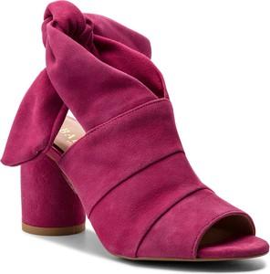 Czerwone sandały Badura na obcasie z weluru w stylu casual