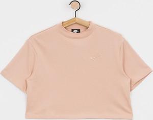 Różowy t-shirt Nike z krótkim rękawem w sportowym stylu