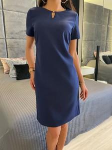 Granatowa sukienka ModnaKiecka.pl w stylu casual prosta z krótkim rękawem