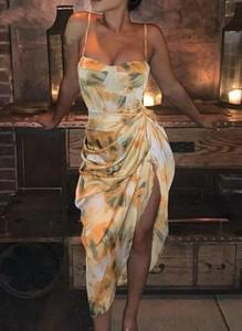 Żółta sukienka Arilook na ramiączkach dopasowana midi