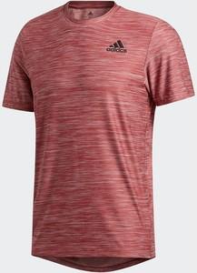 Czerwony t-shirt Adidas w sportowym stylu z tkaniny z krótkim rękawem