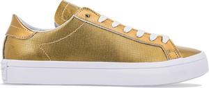 Złote trampki Adidas niskie ze skóry w street stylu