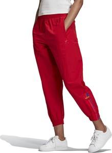 Czerwone spodnie sportowe Adidas z dresówki