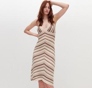 Sukienka Reserved z dekoltem w kształcie litery v w stylu casual midi