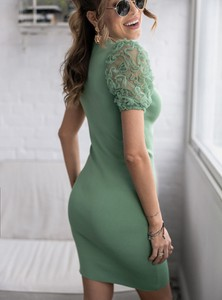 Zielona sukienka SELFIEROOM z krótkim rękawem dopasowana