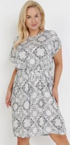 Sukienka born2be z okrągłym dekoltem w stylu casual trapezowa