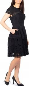 Czarna sukienka Ted Baker z krótkim rękawem z okrągłym dekoltem rozkloszowana