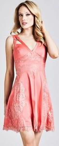 Różowa sukienka Guess bez rękawów z tkaniny mini