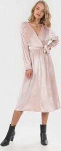 Różowa sukienka born2be midi