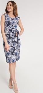 Sukienka QUIOSQUE z okrągłym dekoltem dopasowana bez rękawów