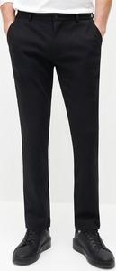 Czarne chinosy Reserved w stylu casual