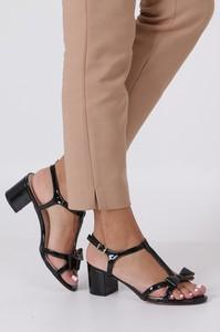 Czarne sandały Casu z klamrami w stylu glamour na niskim obcasie
