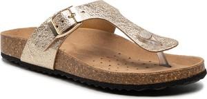 Złote klapki Geox w stylu casual z płaską podeszwą