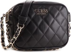 60a65d74dfe18 Czarna torebka Guess na ramię mała