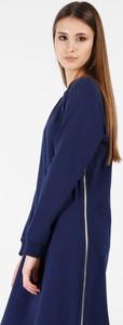 Niebieska sukienka Unisono z okrągłym dekoltem oversize
