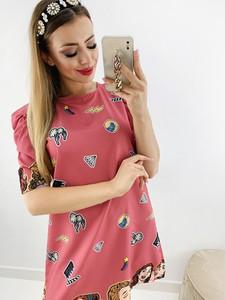 Różowa sukienka Novvi.pl w stylu casual z krótkim rękawem