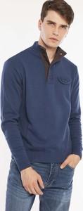 Niebieski sweter Lee Cooper ze stójką z dzianiny