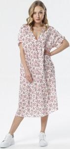 Różowa sukienka born2be z dekoltem w kształcie litery v midi