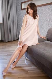 Różowa sukienka butik-choice.pl z długim rękawem midi z okrągłym dekoltem