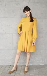 Żółta sukienka Sklepfilloo z długim rękawem rozkloszowana