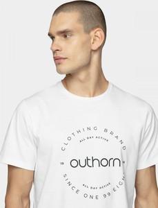 T-shirt Outhorn z bawełny w młodzieżowym stylu