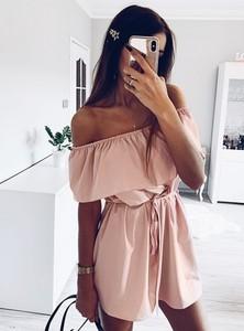 Różowa sukienka Pakuten w stylu casual z odkrytymi ramionami