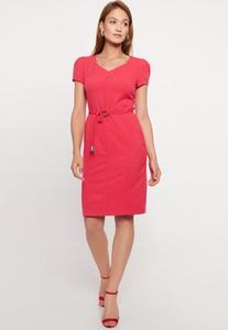 Czerwona sukienka QUIOSQUE z dekoltem w kształcie litery v mini ołówkowa