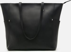 Czarna torebka Cropp ze skóry duża w wakacyjnym stylu