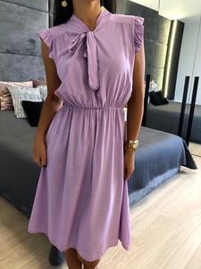 Fioletowa sukienka ModnaKiecka.pl midi trapezowa z żabotem