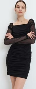 Czarna sukienka Mohito z dekoltem w karo mini dopasowana