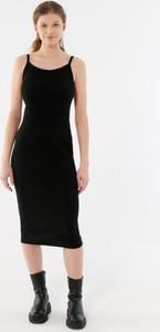 Czarna sukienka Outhorn na ramiączkach w stylu casual dopasowana